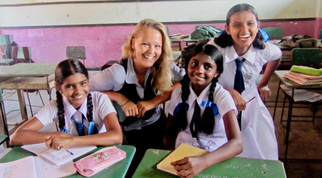 英語教育ボランティアとスリランカの生徒たち